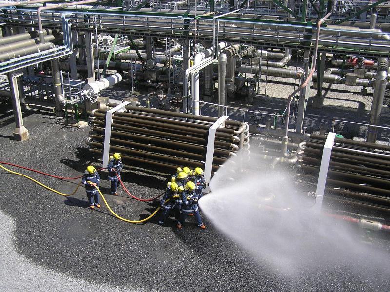 Seguridad y prevención en BBG. Bomberos realizando un simulacro en Bahía de Bizkaia Gas.