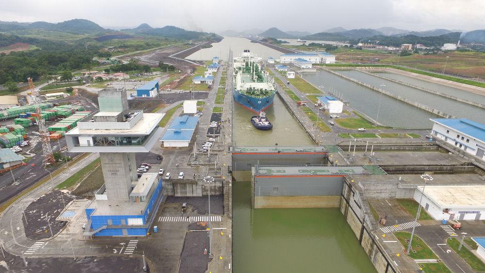El 25 de julio de 2016 el Maran Gas Apollonia se convertía en el primer gran metanero en cruzar el Canal de Panamá con un cargamento de gas natural licuado (GNL).