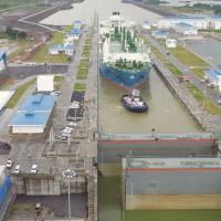 El Maran Gas Apollonia, primer metanero de GNL en cruzar las nuevas compuertas del Canal de Panamá. Foto cortesía del Canal de Panamá.